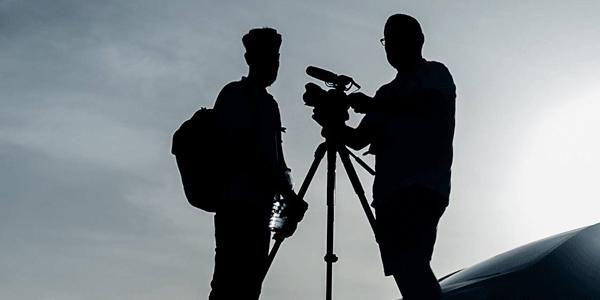 Equipo audiovisual grabando un evento corporativo